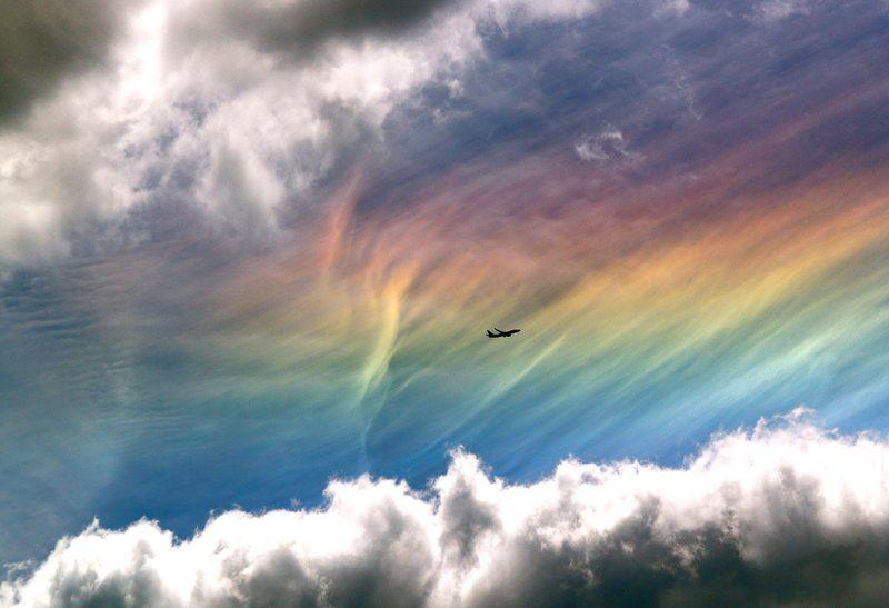 """Такая схема обеспечивает спектральное разделение цветов, которые, подобно радуге,  """"зажигают """" перистое облако."""